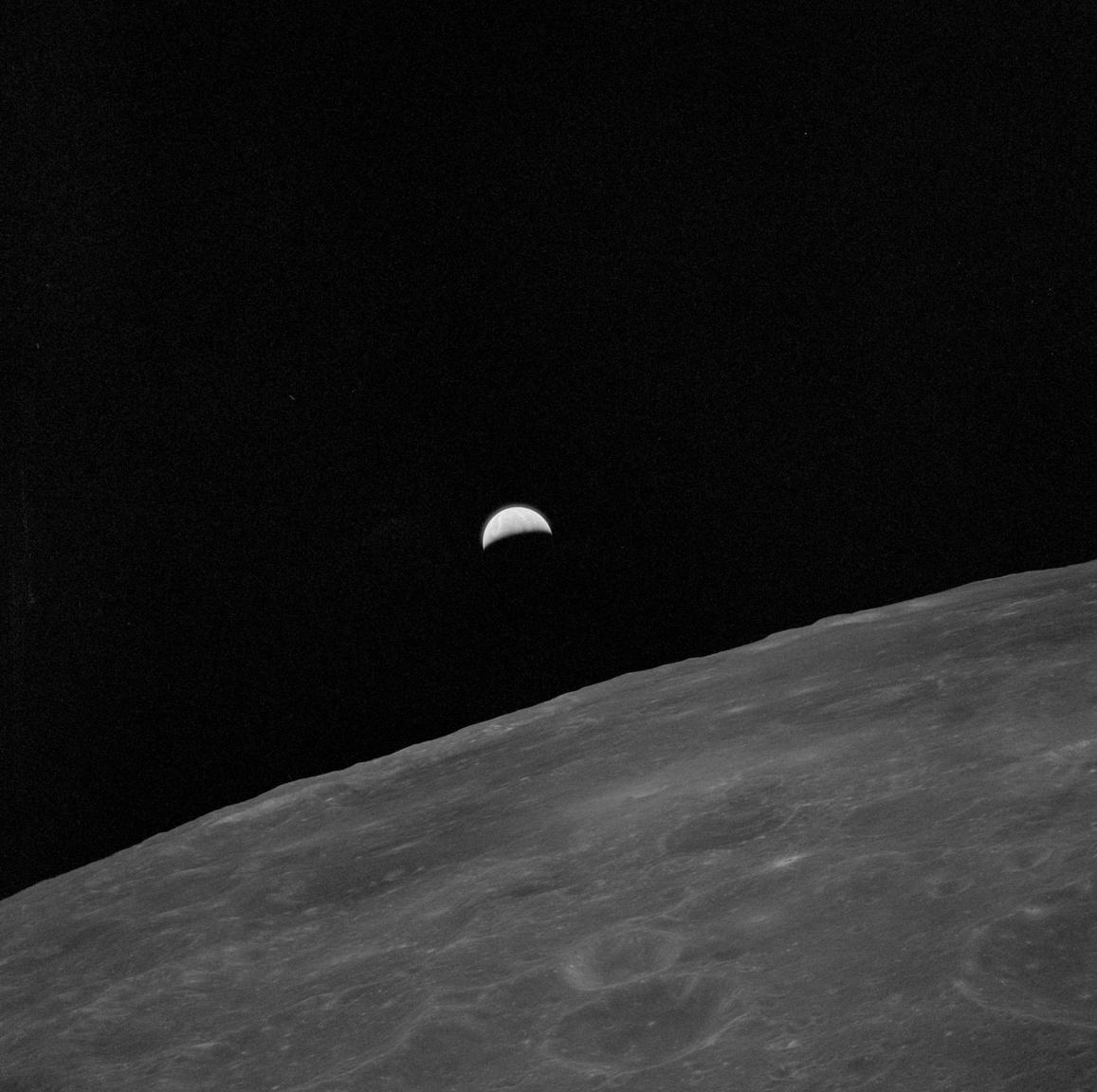 1971. július 31. A 24. Hold körüli kört tevő Al Worden UV-felvétele a horizont mögül kelő Földsarlóról. Valahol odalent, a Hadley-Apennine térségben két társa a vadiúj holdautóval jaszkarizik. Worden három nap alatt összesen 74-szer kerülte meg a Holdat az Endeavor (Apollo CSM-112) űrhajóban. Az egyik megtett kör során  3597 km-re eltávolodott a holdkomptól, ezzel a mindentől és mindenkitől óriási távolságra keringő űrhajós be is került a Guinness világrekordok könyvébe, mint a valaha élt legmagányosabb, legelszigeteltebb ember.