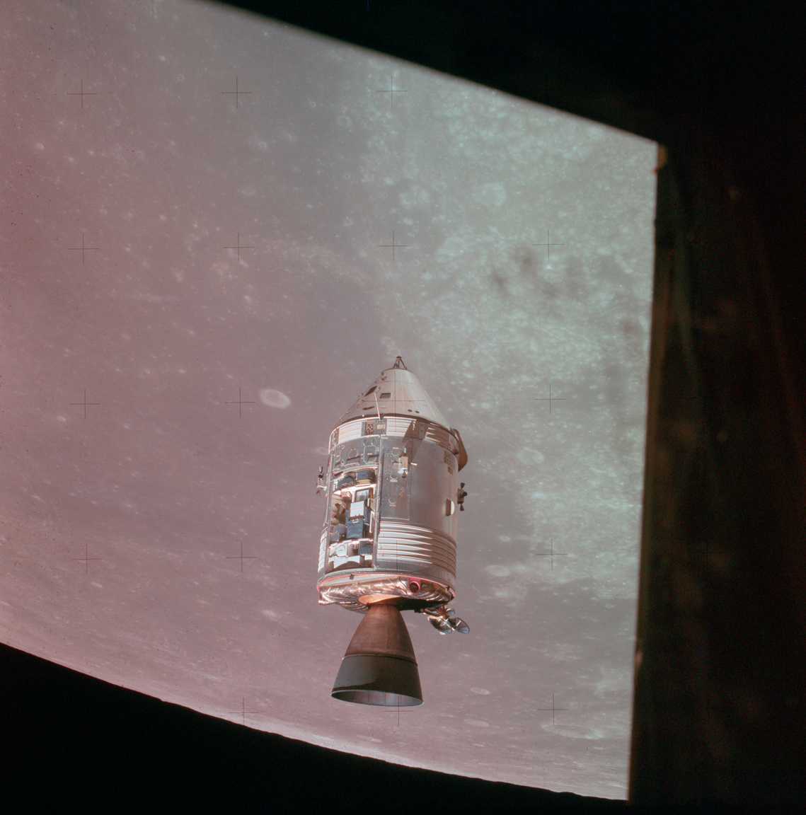 1971. július 30.Ott, abba fémdobozva zárva kering a Hold körül a világ legmagányosabb embere, Al Worden. A fénykép a holdkompból készült, amiben Scott és Irwin űrhajósok ülnek, a Holdraszállásra készülődve.