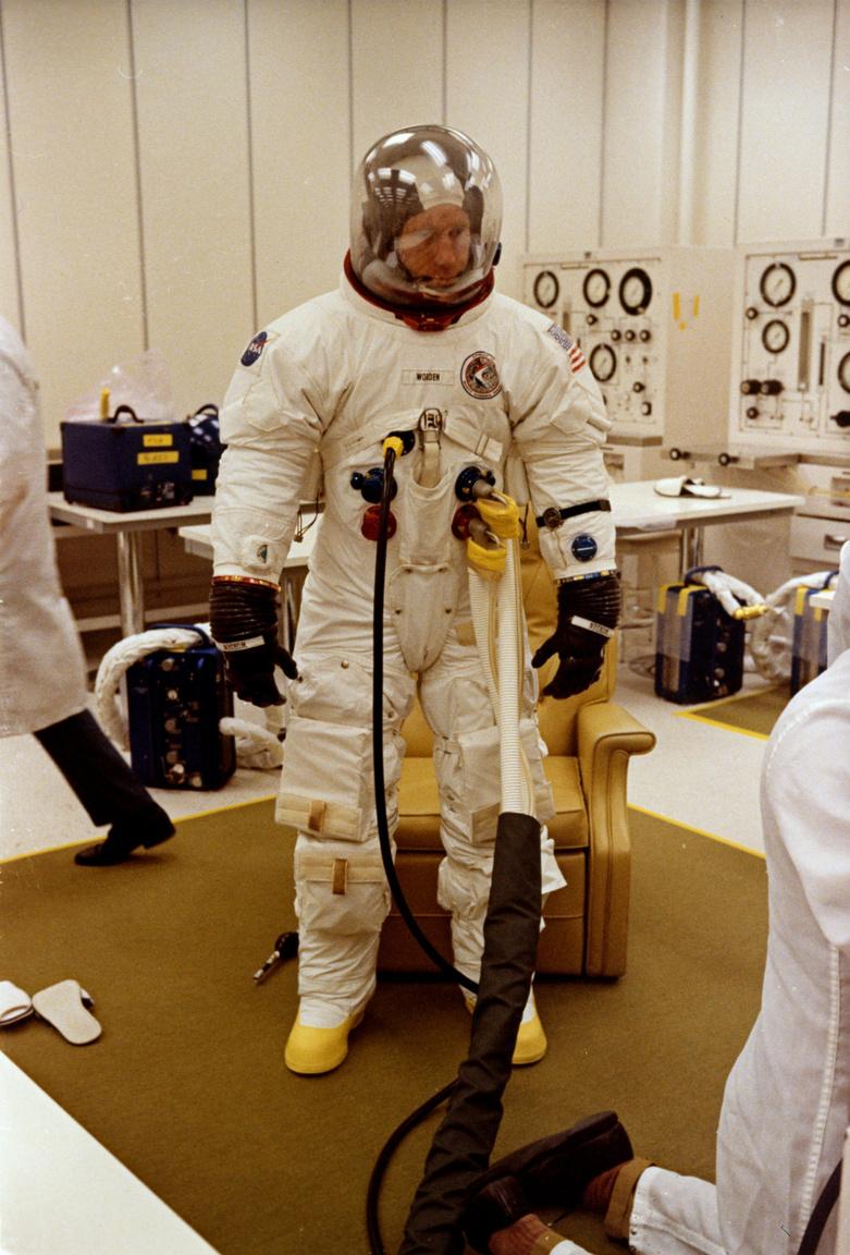 1971. július 26.: az utolsó ellenőrzések Worden szkafanderén, a Kennedy Űrközpontban, az Apollo-15 küldetés startja előtt.