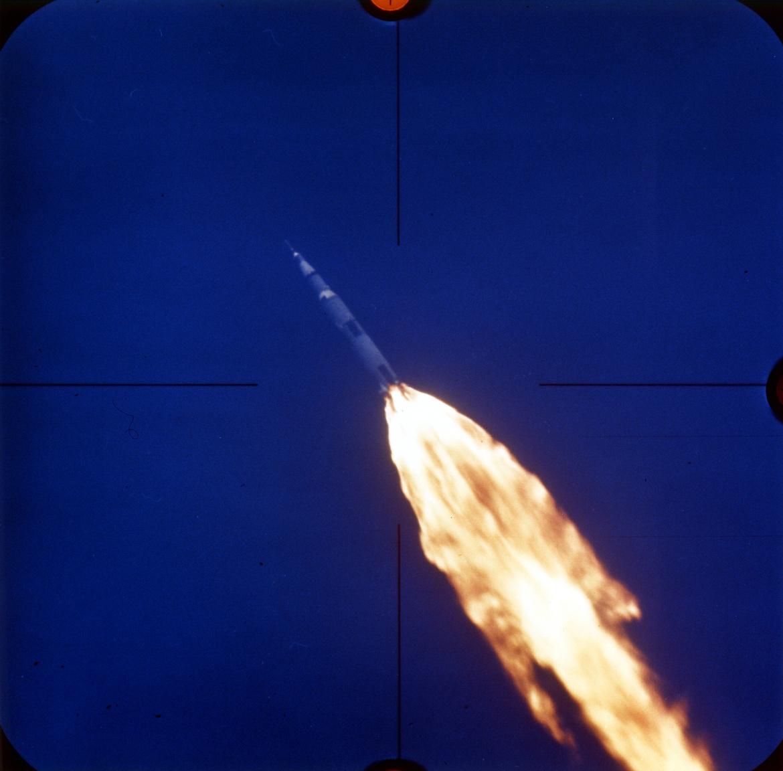 Wordenék rakétája nagyjából tíz perccel a start után, még az első gyorsítófokozat leválása előtt, az egyik követőkamera képén.
