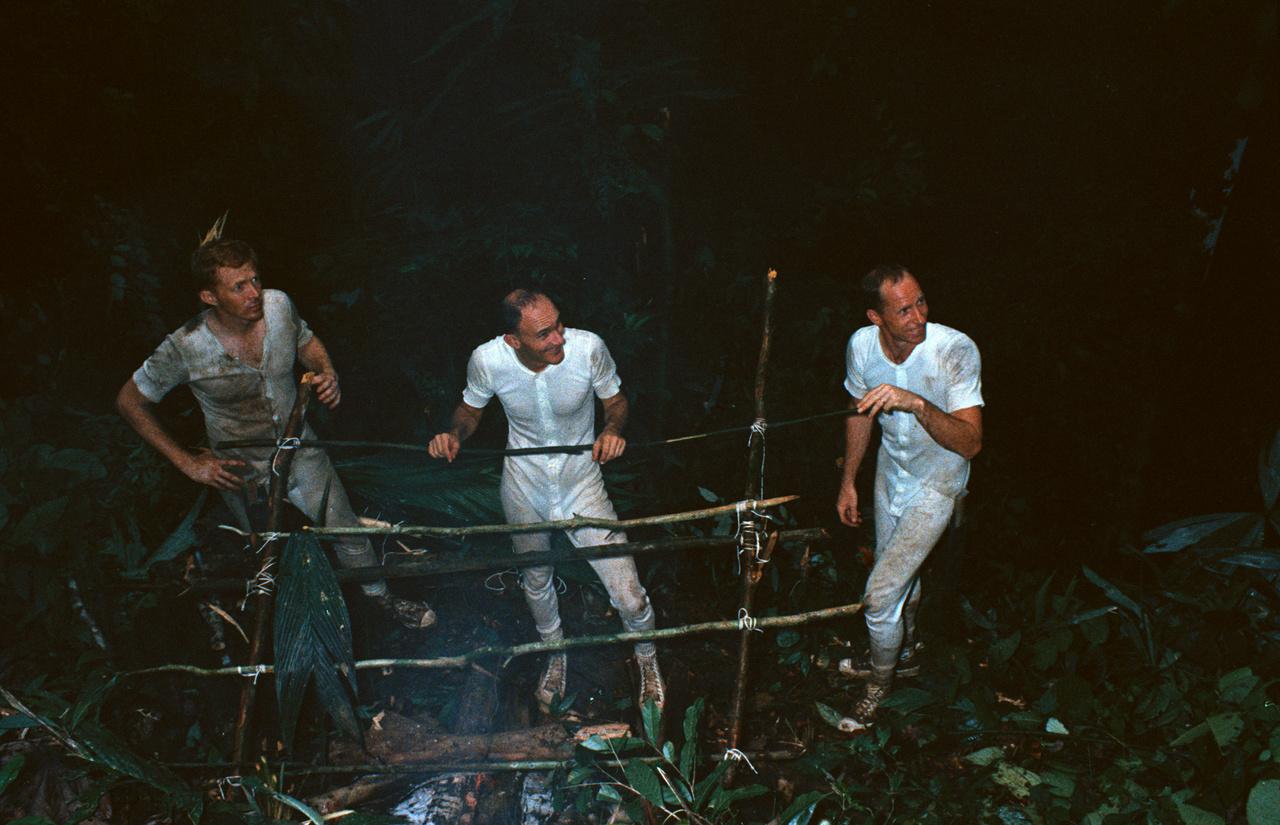 1967. június 12. Worden (jobb szélen) túlélőtúrán a panamai dzsungelben. Bal szélen Stuart A. Roosa, az Apollo-14 küldetés leendő parancsnokimodul-pilótája, középen Vance Brand, az Apollo-Szojuz küldetés parancsnokimodul-pilótája.