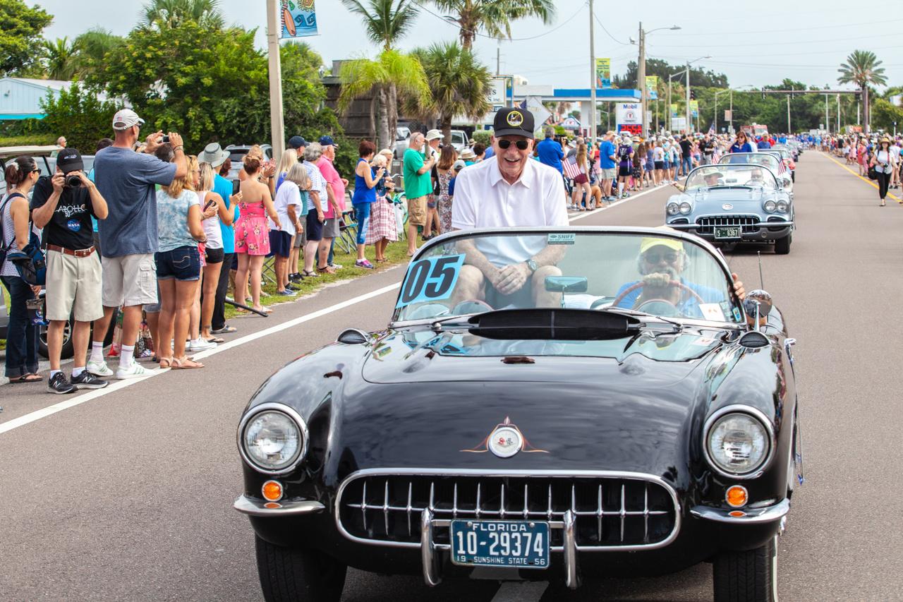 És az egyik utolsó kép a 87 éves Wordenről: 2019. június 13-án, az Apollo-11 ötvenéves jubileumának floridai ünnepségén, a még életben lévő Apollo-űrhajósok felvonulásán készült róla.