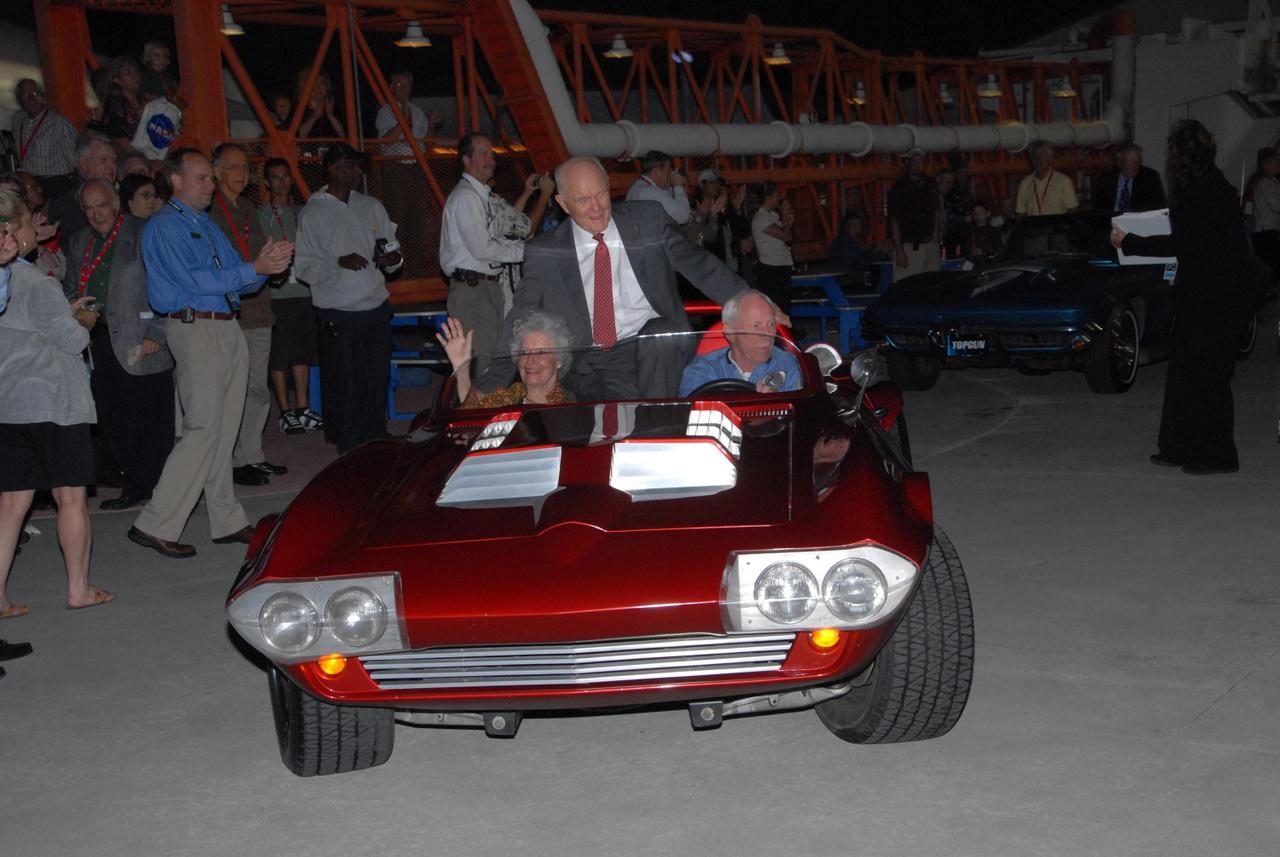 2007. november 2. Al Worden mint sofőr, az űrkutatás ötven évét ünneplő rendezvényen, a Kennedy Űrközpontban. Worden utasa nem más, mint John Glenn, az első amerikai űrhajós, aki megkerülte a Földet.