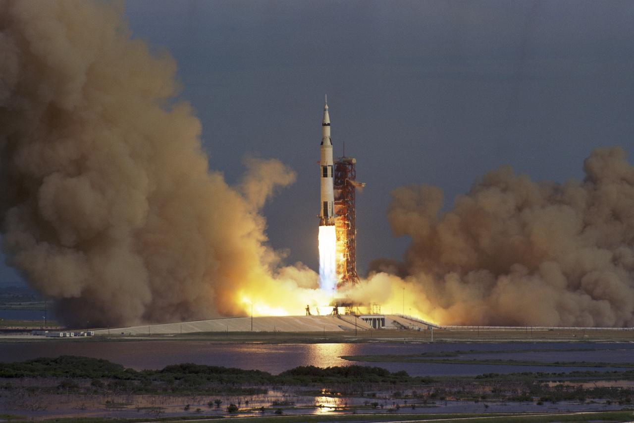 1971. július 26.: elindul az Apollo-15 holdküldetés a Kennedy Űrközpont  39A startállásából. A Saturn V AS-510 rakéta tetején, az űrhajó üléseibe szíjazva David R. Scott parancsnok, James B. Irwin holdkomppilóta és Alfred Worden parancsnokimodul-pilóta rázkódik együtt a lassan emelkedő háromezer tonnás szerkezettel.