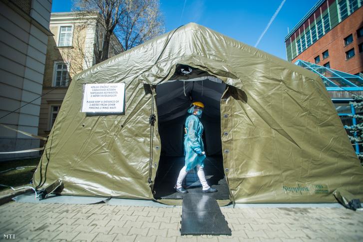Védőfelszerelést viselő nővér a Honvédkórház Róbert Károly körúti székhelyén felállított elővizsgálati sátorban 2020. március 16-án.