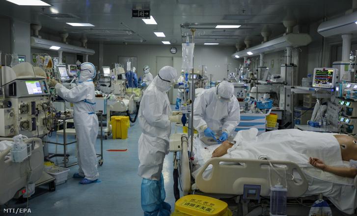 A járványügyi hatóság védőöltözetet viselő munkatársai egy kórház intenzív osztályát készítik elő a tüdőgyulladást okozó új koronavírussal fertőzöttek fogadására a járvány gócpontjában a kelet-kínai Hupej tartomány székhelyén, Vuhanban 2020. február 24-én.