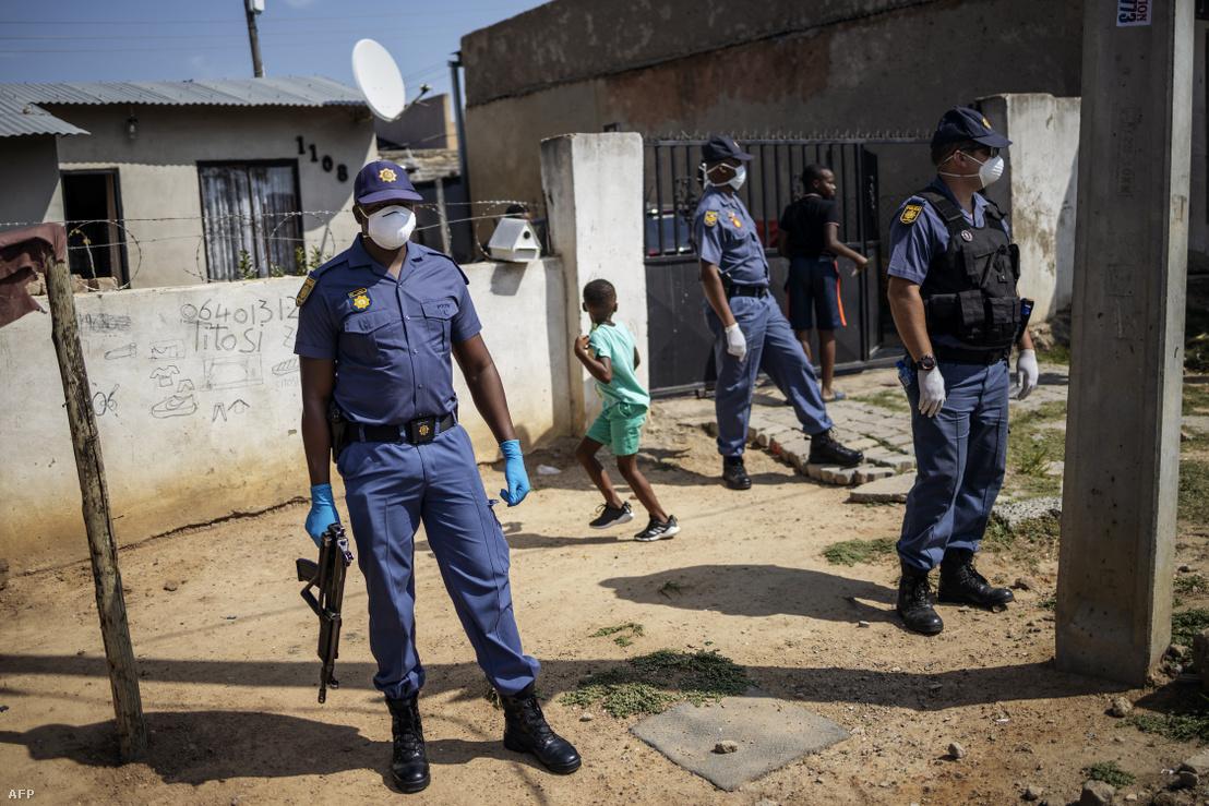 Maszkot viselő rendőrök Johannesburgban 2020. március 21-én.