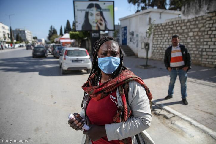 Maszkot viselő nő a tunéziai Arjánában 2020. március 16-án.