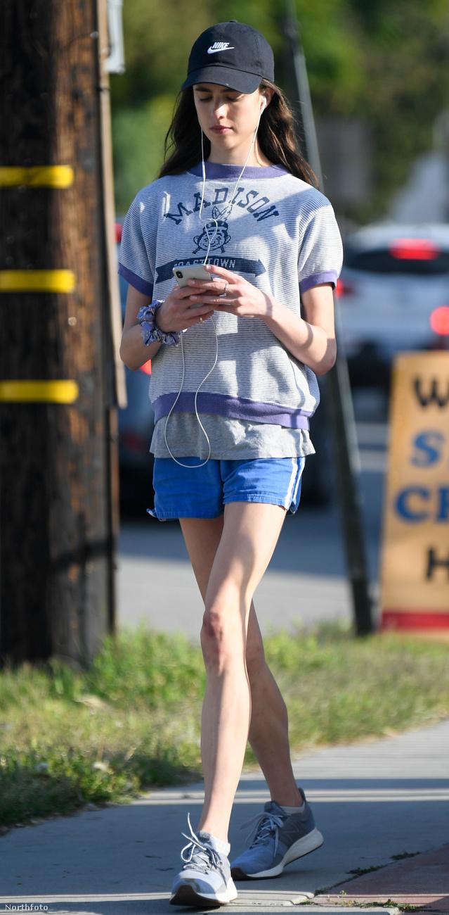 Qualley sok más fiatalhoz hasonlóan szinte szimbióta kapcsolatban él a mobiltelefonjával, valahogy a vírussal kapcsolatos hírek mégis elkerülhetik a figyelmét.