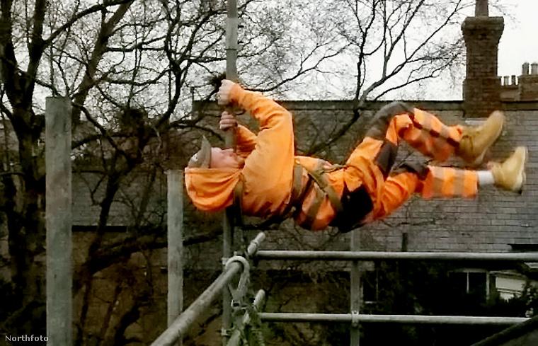 Nem tudjuk, mikorra fejezik be a képen látható építkezést, de lehet, hogy az akrobatának nem ártana megfordulnia, ha haladni szeretne a munkával
