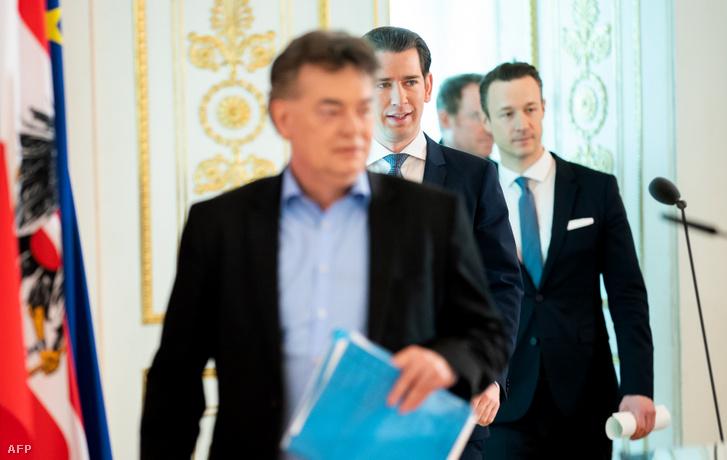 Werner Kogel alkancellár, Sebastian Kurz kancellár és Gernot Bluemel pénzügyminiszter érkezik sajtótájékoztatóra 2020. március 18-án, Bécsben.