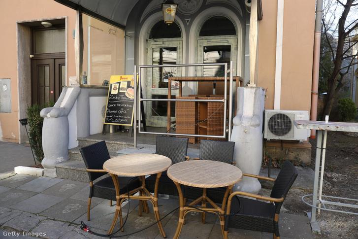 """A járvány miatt zárva tartó étterem Grazban, 2020. március 16-án. """"Kedves Barátaink, mi is home office-ba vonulunk és otthon isszuk a sörünket."""""""