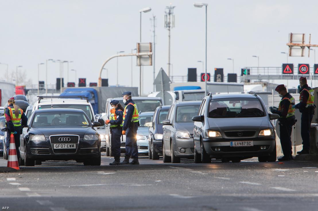 Rendőrök ellenőrzik a átkelőket a Nickelsdorf/Hegyeshalom határon Ausztria és Magyarország között 2020. március 14-én