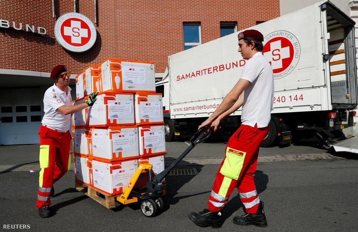 Az Osztrák Szamaritánus Szövetség tagjai a járvány elleni védekezésben használatos védőfelszerelést szállítanak ki Bécsben 2020. március 20-án