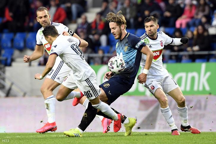 A felcsúti Jakub Plsek (k) valamint a székesfehérvári Juhász Roland Hafid Houri Lyes és Pátkai Máté (j) a labdarúgó OTP Bank Liga 24. fordulójában játszott Puskás Akadémia FC-MOL Fehérvár FC mérkőzésen felcsúti Pancho Arénában 2020. március 7-én.