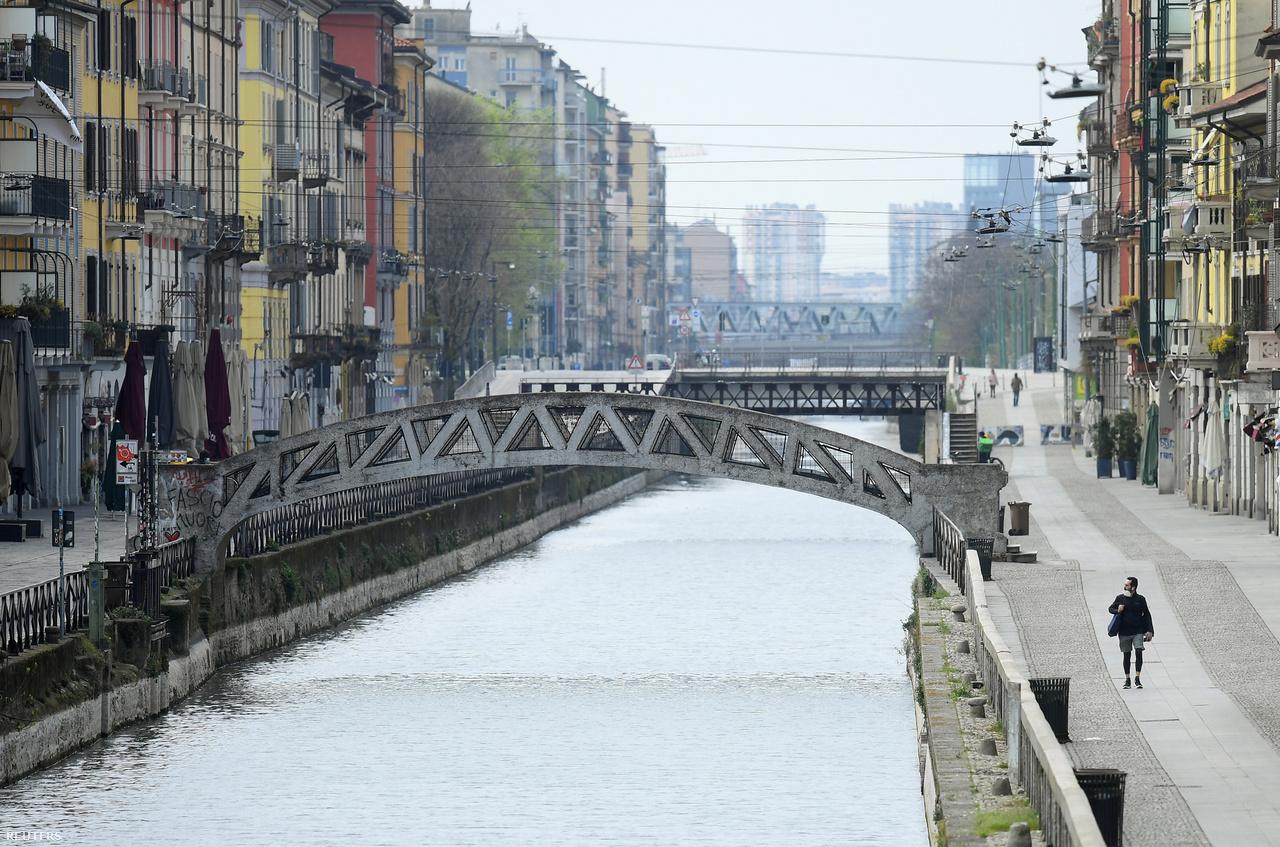 Március 22-én, amikor ez a fotó elkészült Milánóban, a város már két hete vesztegzár alatt volt. Pár napja úgy tűnt, hogy az európai államok közül a legsúlyosabb helyzetben lévő Olaszország talán már túl van a járvány csúcspontján, de aztán újra emelkedett a halálos áldozatok száma. Az olasz polgári védelem vezetője szerint tízszer több fertőzött lehet, mint ahogy azt a statisztikák mutatják.
