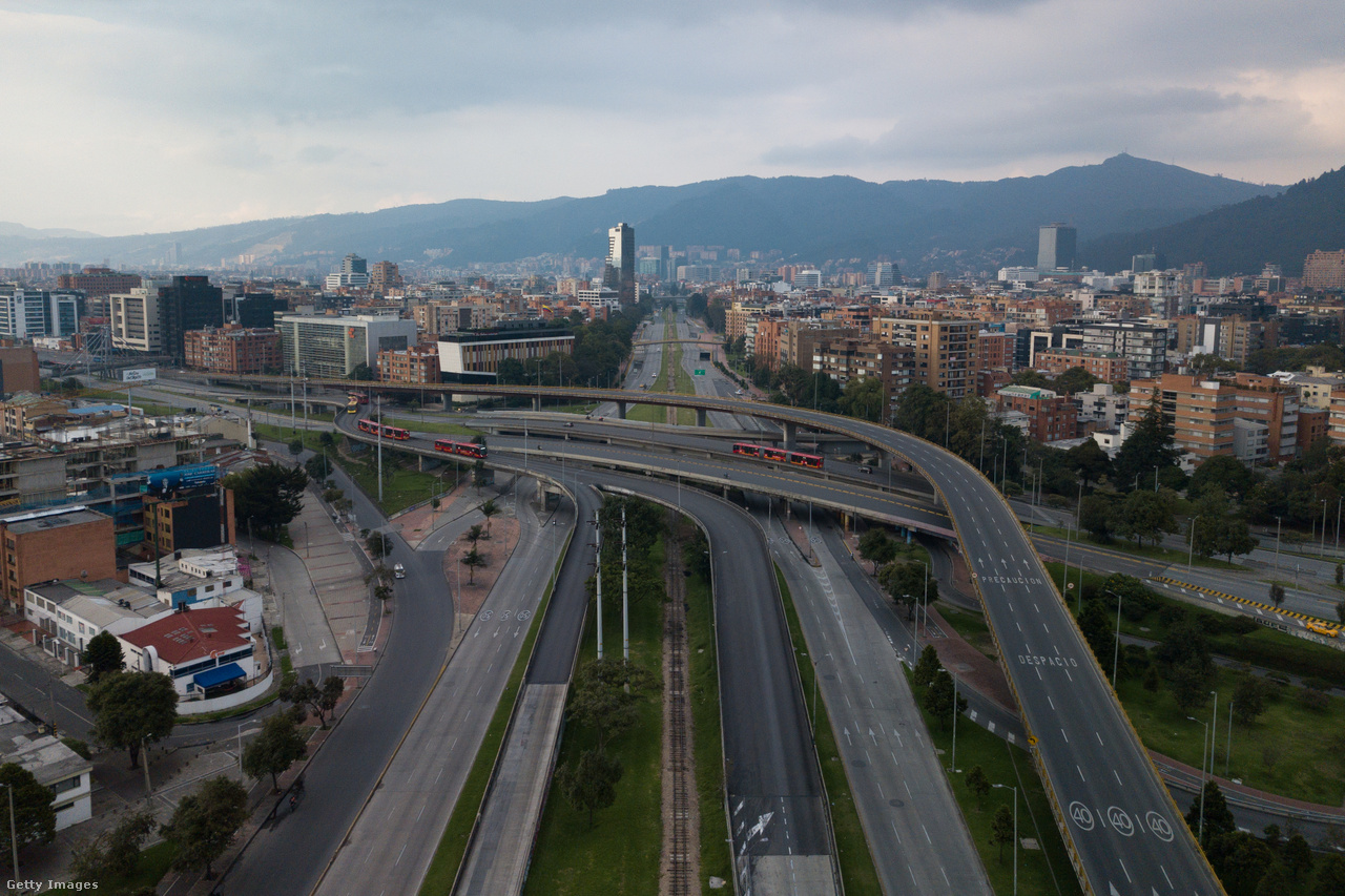 Így festett Bogota, Kolumbia fővárosa március 19-én. Ekkor még csak hatóságilag elrendelt próbavesztegzár volt, gyakorlat a majdani tényleges kijárási tilalomra, ami kedd éjféltől lépett életbe.