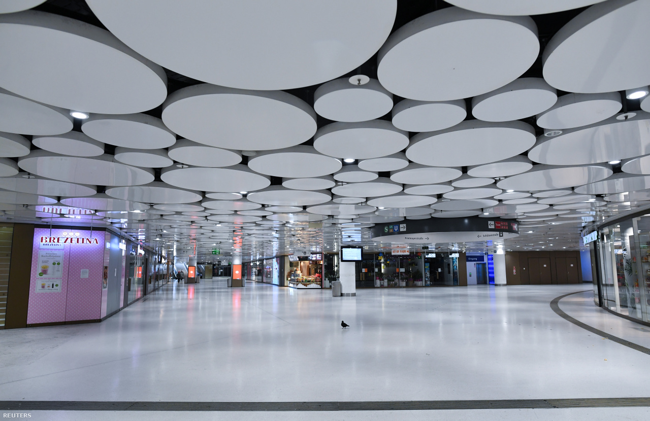 Szombaton, a részleges lezárás alatt így nézett ki a Karlsplatz alatti metróállomás München szívében. Másnap jelentette be Angela Merkel kancellár az újabb szigorításokat, például hogy két embernél több nem tartózkodhat együtt kint közterületen Németországban.