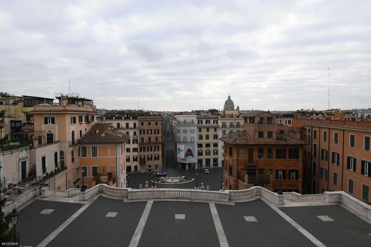 Kilátás a turisták milliói által látogatott római Spanyol-lépcsőről. A kép még március 14-én készült.