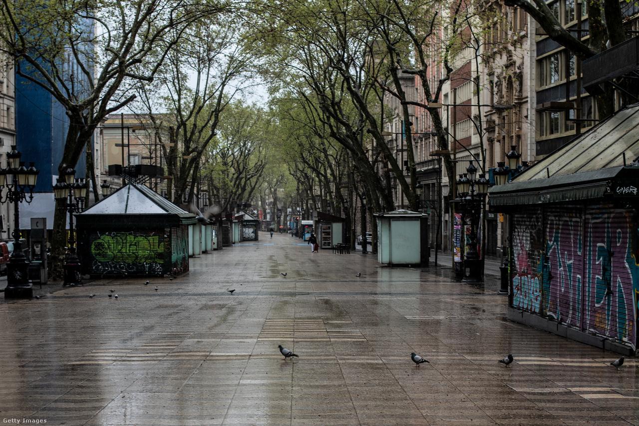 A galamboké Barcelona leghíresebb utcája, a La Rambla március 23-án. A spanyol miniszterelnök, Pedro Sanchez előző nap jelentette be, hogy április 15-ig meg akarja hosszabbíttatni a kormány a vészhelyzetet a parlamenttel. A legszükségesebbeken túl minden kereskedelmi tevékenység és a közlekedés is leállt, az embereknek otthon kell maradniuk.