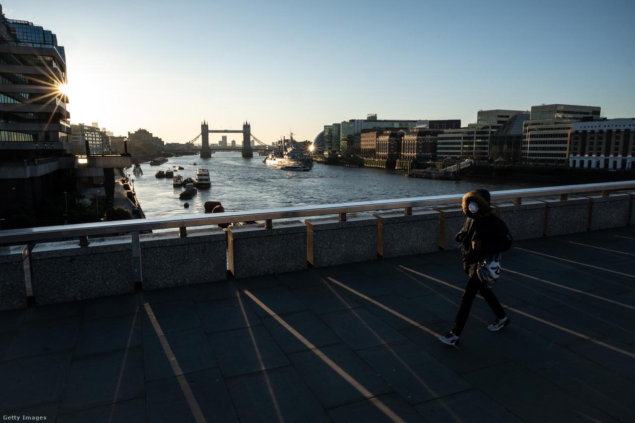 A London Bridge-en egy átlagos napon úgy 40 ezer ember kel át  a Temze felett. Ez a fotó március 23-án, hétfőn készült. Boris Johnson miniszterelnök ennek a napnak az estéjén jelentette be az igazán szigorú intézkedéseket, már csak a legszükségesebb esetekben engedve meg az utcára lépést, ezzel teljessé téve a fordulatot az eleinte nyájimmunitáson gondolkozó briteknél. Az országban eddig több mint 400-an haltak meg a koronavírus következtében.