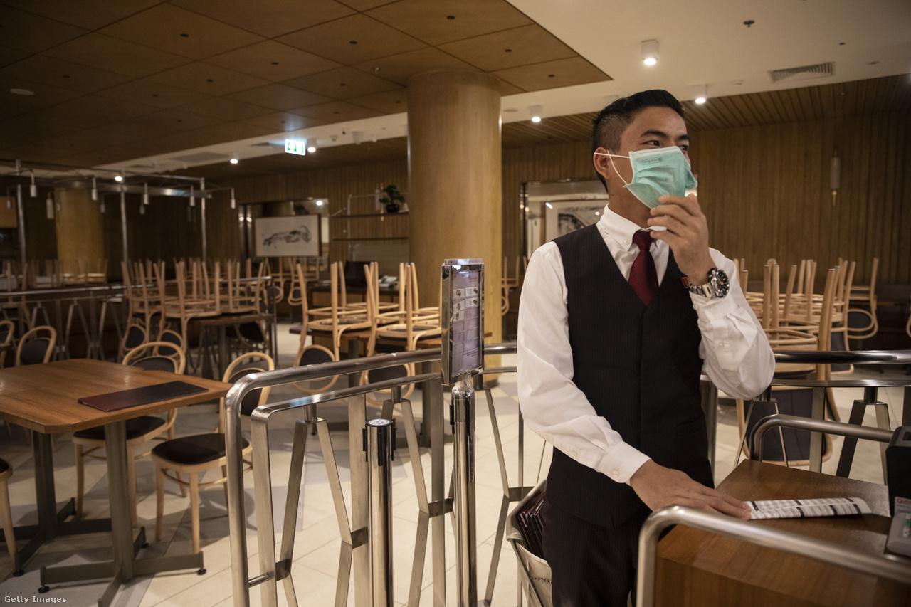 A maszkját igazgató éttermi dolgozó Bangkok egyik óriási plázájában, a Terminal 21-ben várta az elviteles rendeléseket március 22-én. Thaiföldön is már több mint ezer igazolt fertőzött van.