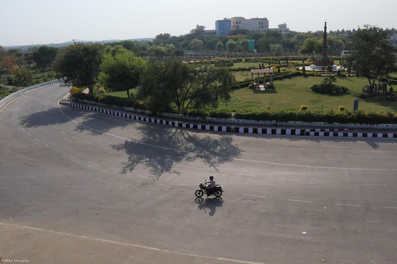 Vasárnap India fővárosában, a több mint 20 millió lakosú Új-Delhiben. Ez itt a város egyik leforgalmasabb útja. Március 22-én első körben próbaképp, 14 órára hirdetett nemzeti kijárási tilalmat Narendra Modi miniszterelnök, de kedd éjféltől három hétre karanténba kényszerült 1,3 milliárd indiai.