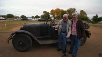 96 éves autója feltámasztásával lepték meg a 88 éves tulajdonost