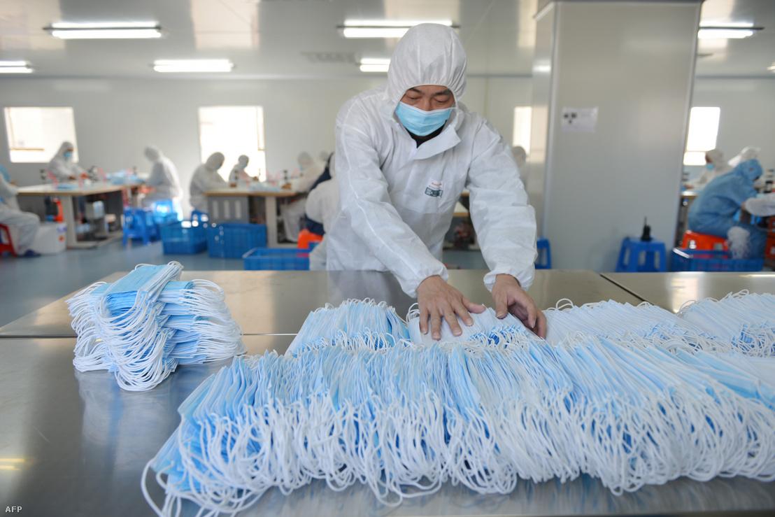 Arcmaszkokat készítenek Kína Csiangszu tartományában lévő Nancsing egyik gyárában 2020. február 18-án