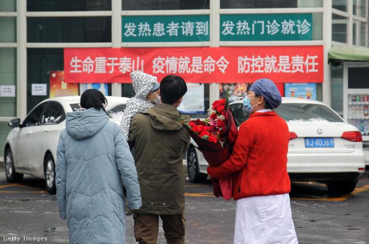 Koronavírus-fertőzésből felépült család hagyja el a kórházat Pekingben 2020 február 14-én.