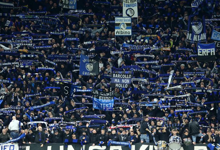 Atalanta-szurkolók a milánói San Siro stadionban 2020. február 19-én