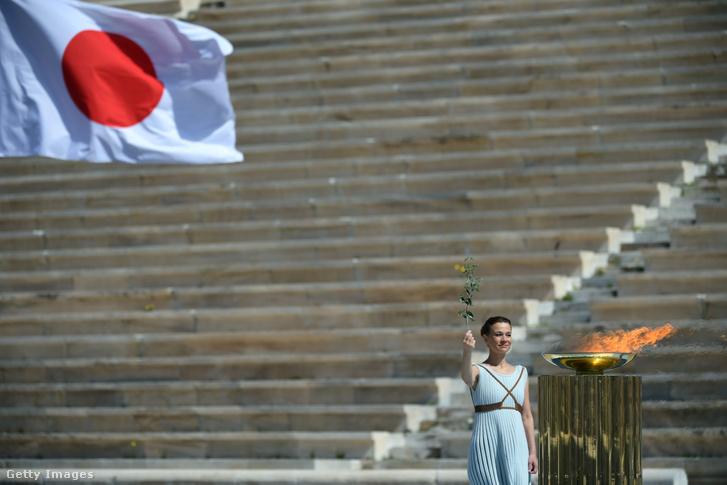 Athénban gyújtották meg az olimpia lángot, amelyet aztán Japánba vittek