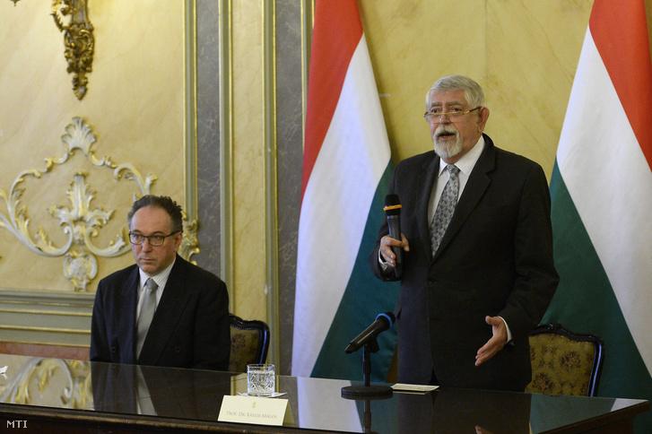 Kásler Miklós az emberi erőforrások minisztere beszédet mond a magyar kultúra napja alkalmából tartott díjátadón az Emberi Erőforrások Minisztériuma (Emmi) tükörtermében 2020. január 22-én. Mellette Fekete Péter kultúráért felelős államtitkár