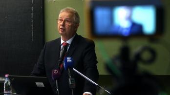 Együtt koszorúzott a koronavírusos rektorral, karanténba vonult a fideszes EP-képviselő