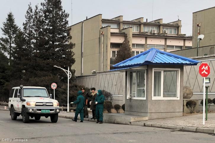 Egészségügyi dolgozók külföldi nemzetiségűek testhőmérsékletét vizsgálják diplomáciai területen 2020. február 2-án