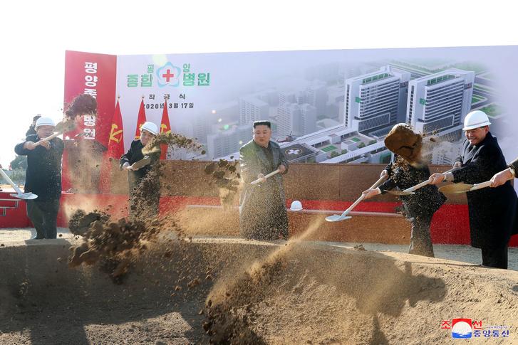 Kim Dzsongun Phenjan új kórházának alapkőletételén
