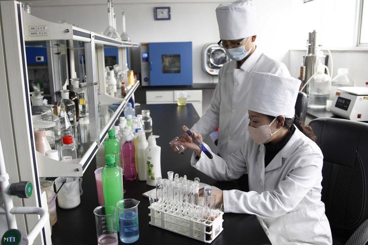 Fertőtlenítőszereket gyártanak a phenjani Rjongakszan szappangyárban 2020. március 19-én.