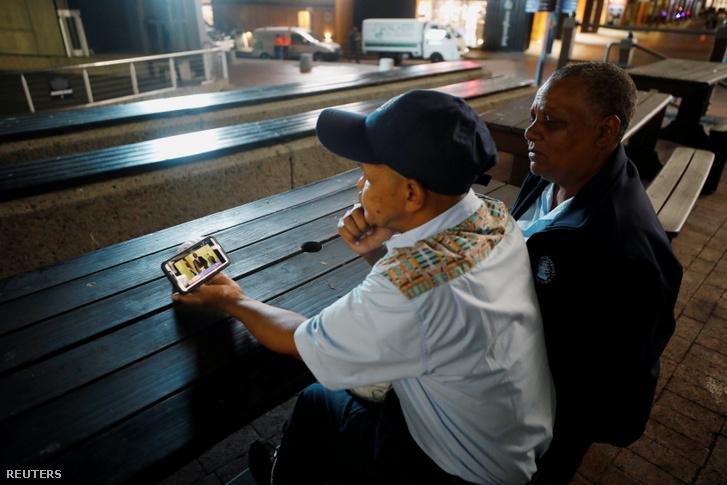 Cape Town-i lakosok mobilon követik Cyril Ramaphosa elnök hétfő esti bejelentését.