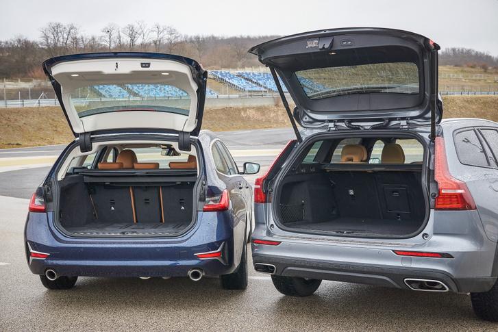 Nem csak földúton jó a CrossCountry, pakolni is könnyebb a Volvo magasabb csomagtartójába. A BMW zsanér elegáns, de helyet vesz el