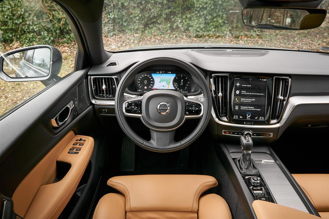 Letisztult a Volvo-belső, de így, hogy csak az üléskárpit színes, elszürkül a BMW mellett