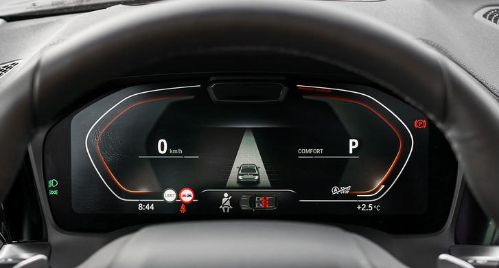 A BMW kijelző közepén menet közben megélénkül a saját autó környezete, kijelzi, melyik sávban, milyen járműveket érzékel