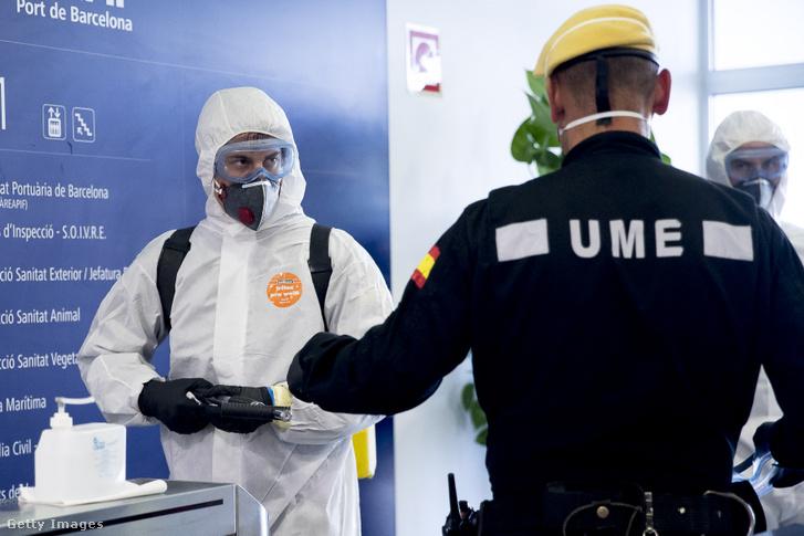 A spanyol hadsereg speciális egységének (UME) tagja egy egészségügyi dolgozóval.