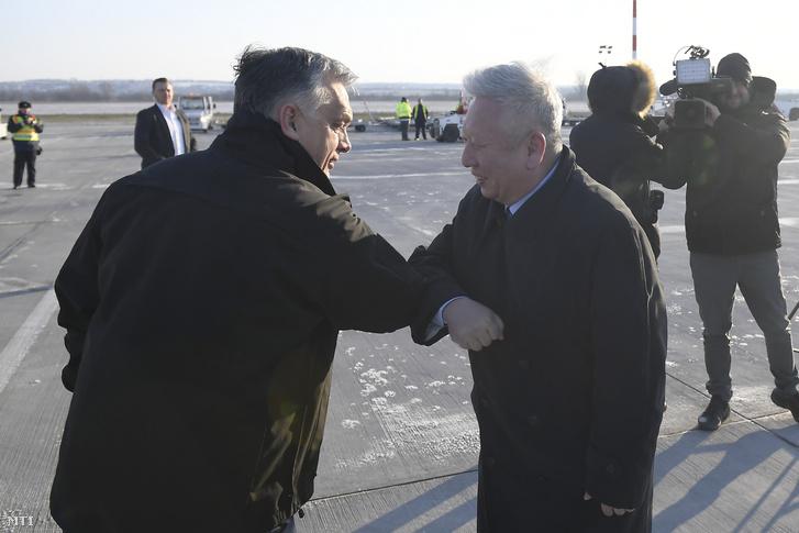 Orbán Viktor miniszterelnök és Tuan Csie-lung kínai nagykövet a Liszt Ferenc-repülőtéren 2020. március 24-én.