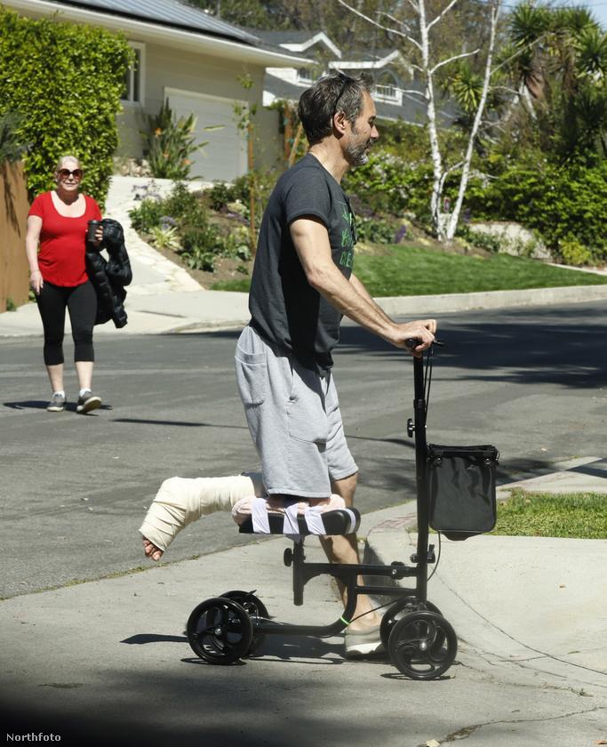 Nekünk újdonság volt, gondoltuk, hátha ön sem látott még ilyet: van olyan roller, amit törött lábbal lehet használni, mankó helyett
