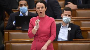 A párbeszédes Szabó Tímea feljelenti a házi karantén alatt a Parlamentben megjelenő fideszes képviselőt