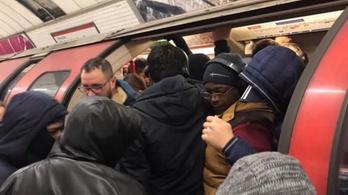 Zsúfolásig tömve a londoni metró a súlyos kijárási korlátozások után is
