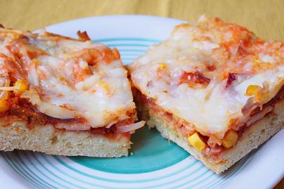 Vastag tésztájú tepsis pizza gazdag feltéttel: sütőporos a tésztája