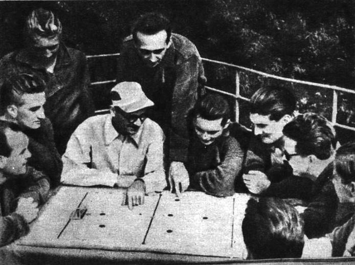 Rajki Béla szövetségi kapitány magyarázza a legfontosabb megoldásokat az olimpiára készülő válogatottnak 1952-ben.