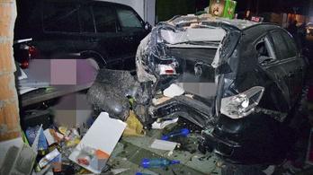 Részegen ütköztek kocsival egy győrújfalui házba, a falat is átszakították
