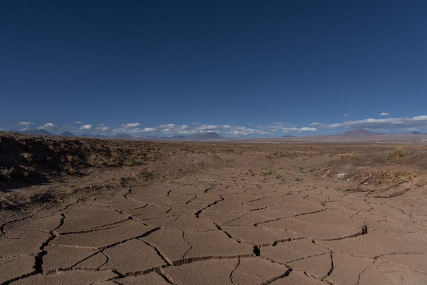 Az Atacama extrém szárazságának oka, hogy egyik oldalról az Andok vonulata, a másik oldalról a parti hegység akadályozza a csapadék betörését.